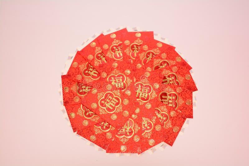 Dinheiro de contenção de papel vermelho como um presente fotos de stock royalty free