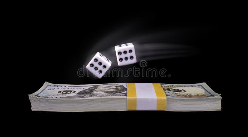 Dinheiro de jogo, rolando os dados foto de stock