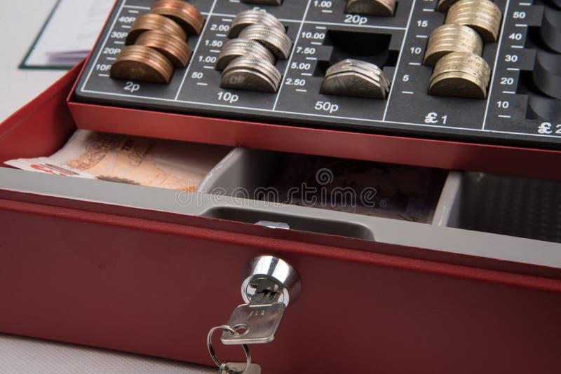 Dinheiro de libra esterlina no cofre forte imagens de stock