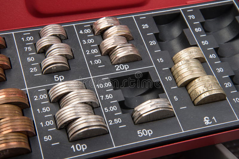 Dinheiro de libra esterlina no cofre forte fotos de stock