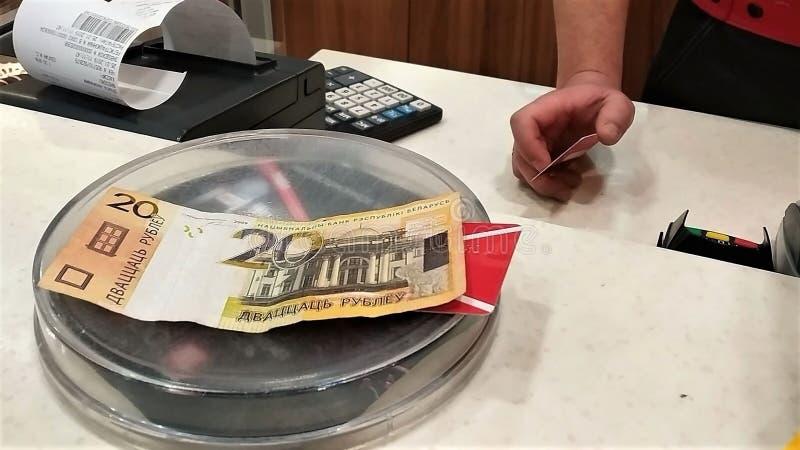 Dinheiro de 2money de 20 rublos de Republic of Belarus o cartão plástico, uma placa para a recepção do dinheiro, a calculadora, o imagem de stock
