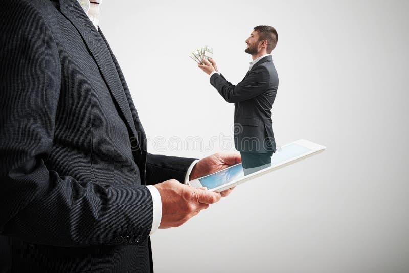 Dinheiro de oferecimento do homem ao homem grande fotografia de stock royalty free