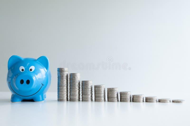 Dinheiro de salvamento do mealheiro azul com gráfico de barra das moedas imagem de stock royalty free