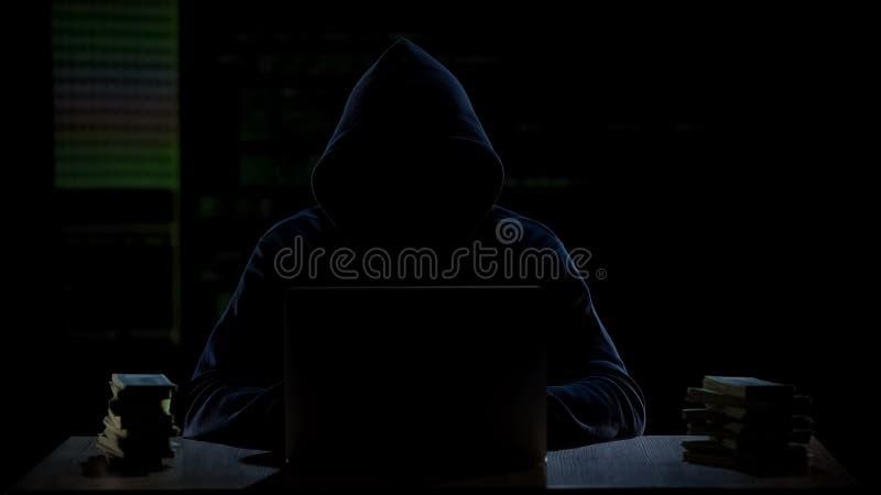 Dinheiro de transferência de Cybercriminal à conta bancária a pouca distância do mar, lucro ilegal foto de stock royalty free