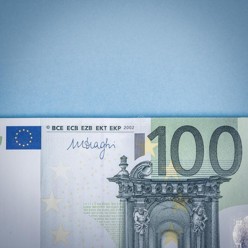 Dinheiro do Euro em um fundo azul e cor-de-rosa C?dulas do dinheiro do Euro Euro- dinheiro Conta do Euro Lugar para o texto fotos de stock royalty free