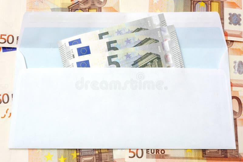 Dinheiro do Euro em um fundo do envelope e do dinheiro imagens de stock royalty free