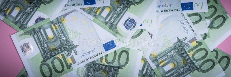 Dinheiro do Euro em um fundo lilás, roxo e cor-de-rosa C?dulas do dinheiro do Euro Euro- dinheiro Conta do Euro Lugar para o text fotos de stock royalty free