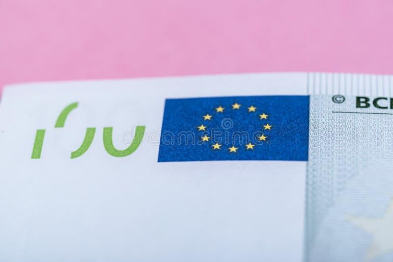 Dinheiro do Euro em um fundo lilás, roxo e cor-de-rosa C?dulas do dinheiro do Euro Euro- dinheiro Conta do Euro Lugar para o text imagens de stock
