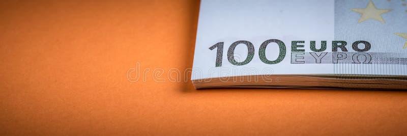 Dinheiro do Euro em um rosa e em um fundo alaranjado C?dulas do dinheiro do Euro Euro- dinheiro Conta do Euro Lugar para o texto imagem de stock