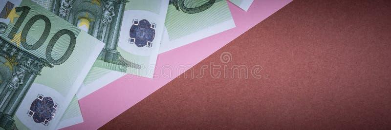 Dinheiro do Euro em um rosa e em um fundo marrom C?dulas do dinheiro do Euro Euro- dinheiro Conta do Euro Lugar para o texto fotos de stock