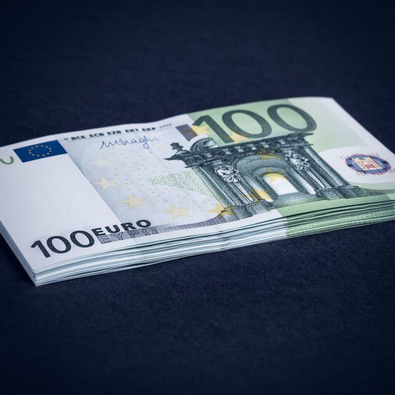 Dinheiro do Euro em um rosa e em um fundo preto C?dulas do dinheiro do Euro Euro- dinheiro Conta do Euro Lugar para o texto fotografia de stock
