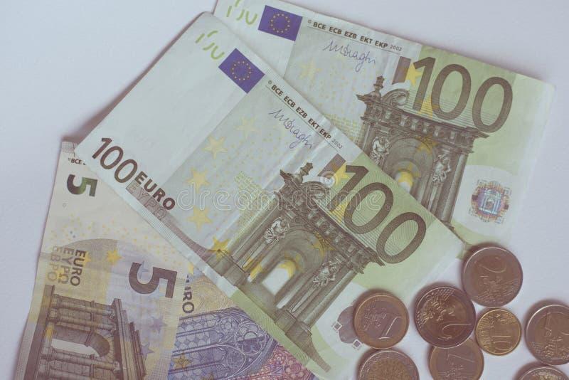 Dinheiro do Euro na tabela branca imagem de stock royalty free