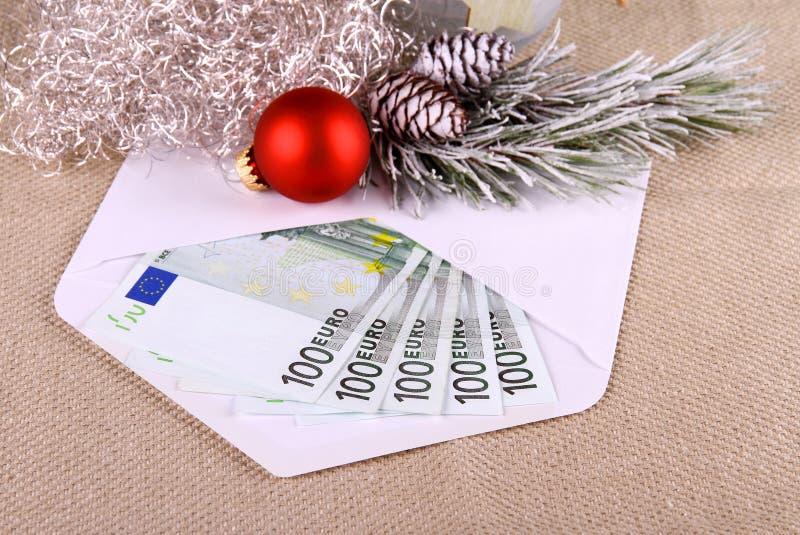 dinheiro do euro 500 no envelope com deco do Natal foto de stock royalty free