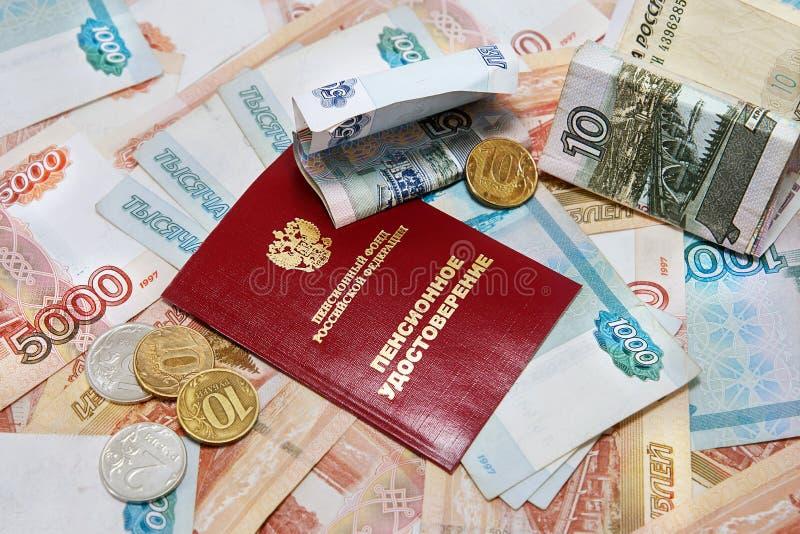 Dinheiro do russo e um certificado da pensão imagem de stock