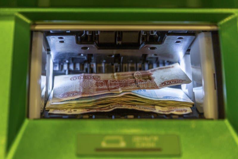 Dinheiro do russo no aceitante do dinheiro do ATM Close-up foto de stock