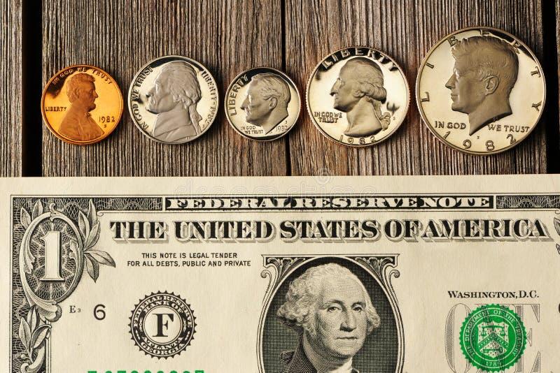 Dinheiro dos E.U. sobre o fundo de madeira fotografia de stock royalty free