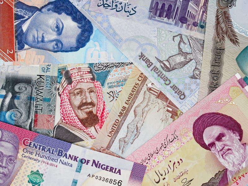 Dinheiro dos países do OPEC, montão de várias cédulas internacionais, c imagem de stock