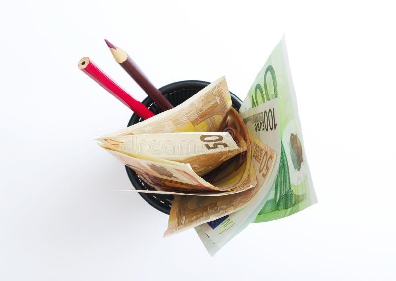 Dinheiro e lápis na caixa. foto de stock