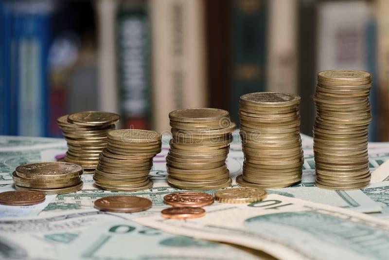 Dinheiro e livros fotos de stock royalty free