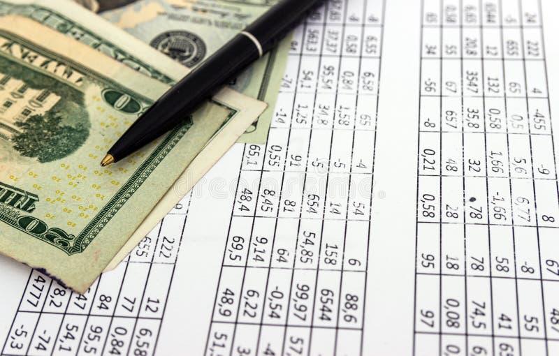 Dinheiro e pena, pedaço de papel com números, conceito do negócio imagens de stock