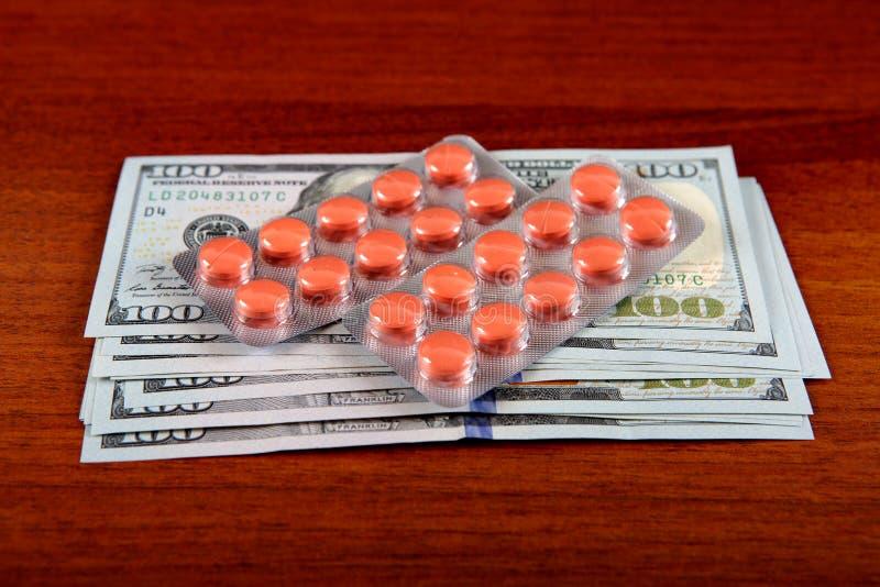 Dinheiro e subministros médicos fotos de stock