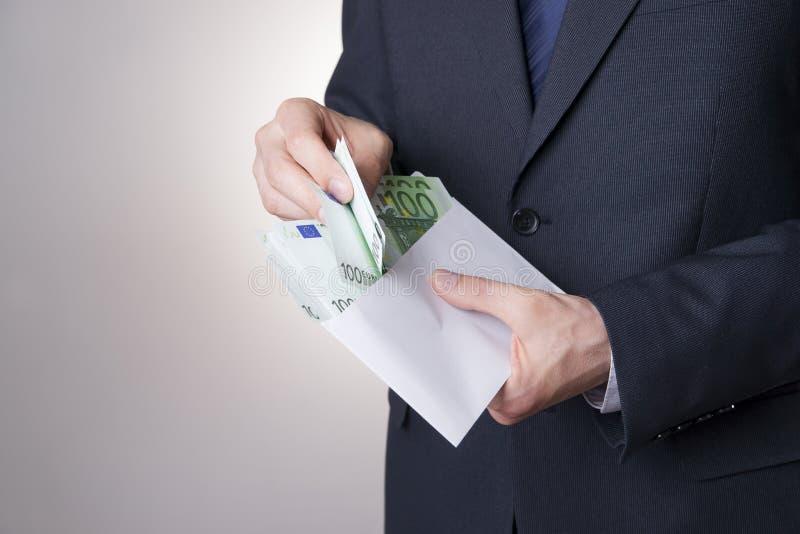Dinheiro em um envelope nas mãos dos homens imagens de stock