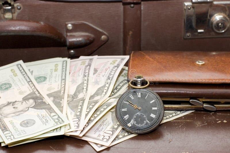 Dinheiro em uma mala de viagem velha foto de stock