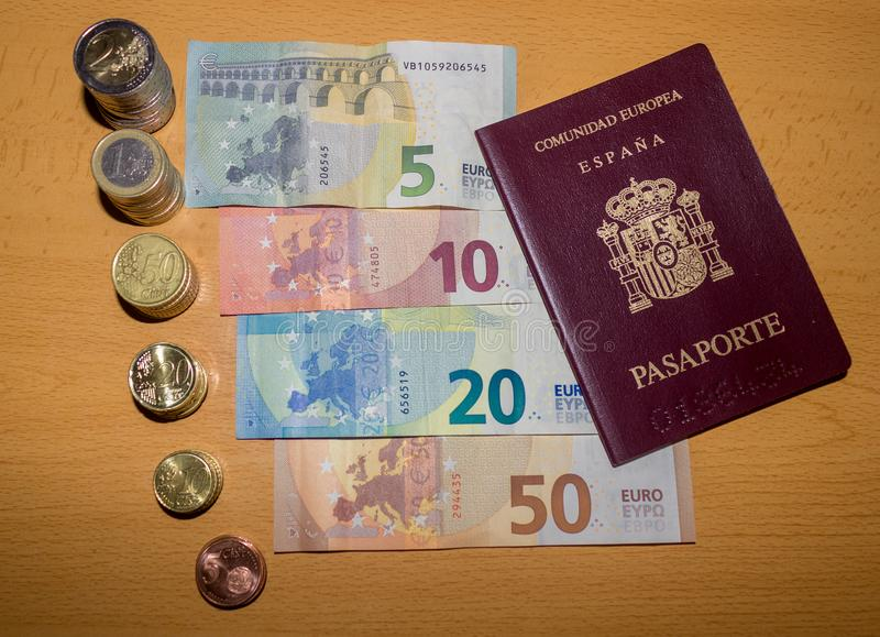 Dinheiro espanhol - moedas e contas dos euro fotografia de stock royalty free