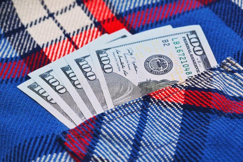 Dinheiro honestamente ganhado no bolso da camisa do trabalho imagem de stock