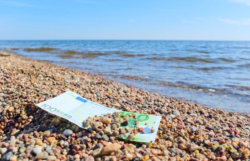 Dinheiro na praia. fotografia de stock