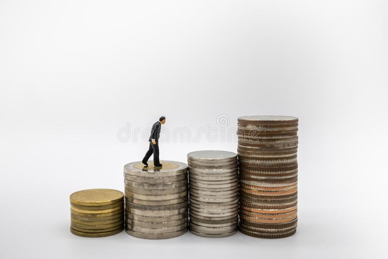Dinheiro, negócio, economia, aposentadoria e conceito planejando Feche acima da figura diminuta pessoa do homem de negócios que a foto de stock royalty free