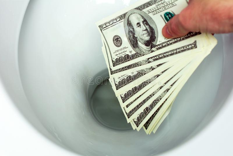 Dinheiro nivelado abaixo do toalete imagem de stock