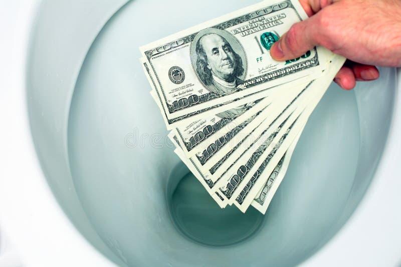Dinheiro nivelado abaixo do toalete foto de stock