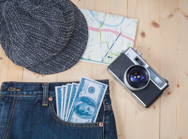 Dinheiro no brim, no chapéu e no mapa do bolso fotografia de stock