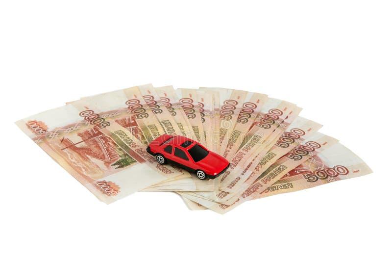 Dinheiro no fundo branco Carro do brinquedo no dinheiro Contas 5 mil rublos, propagação para fora como um fã foto de stock