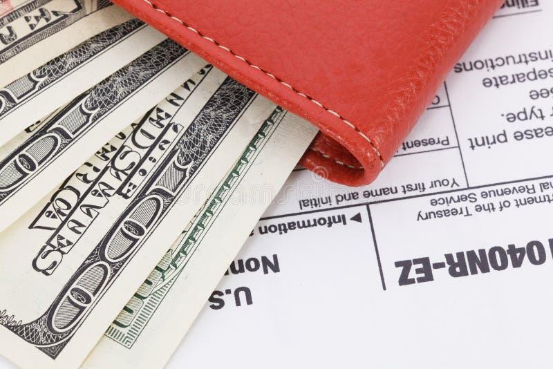 Dinheiro no fundo do formulário de imposto fotografia de stock