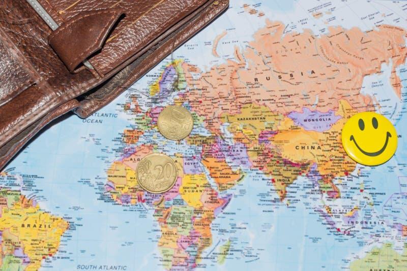 Dinheiro no mapa do mundo imagem de stock