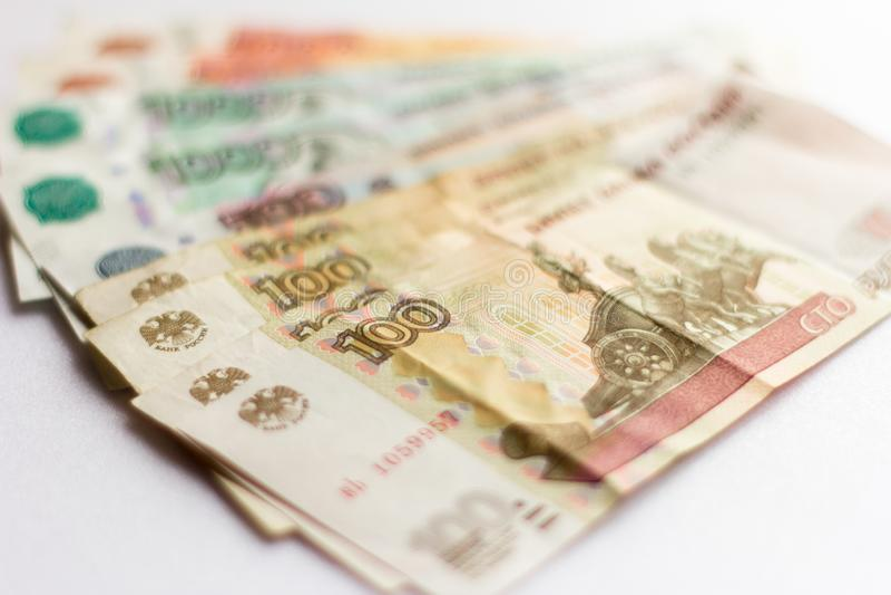 Dinheiro, papel moeda do russo, cédulas de denominações diferentes no fundo branco imagens de stock royalty free