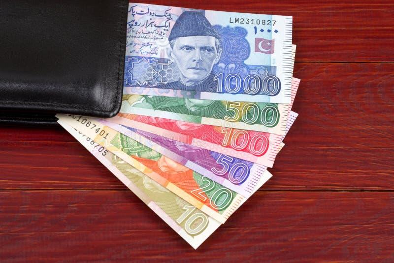 Dinheiro paquistanês na carteira preta imagens de stock royalty free