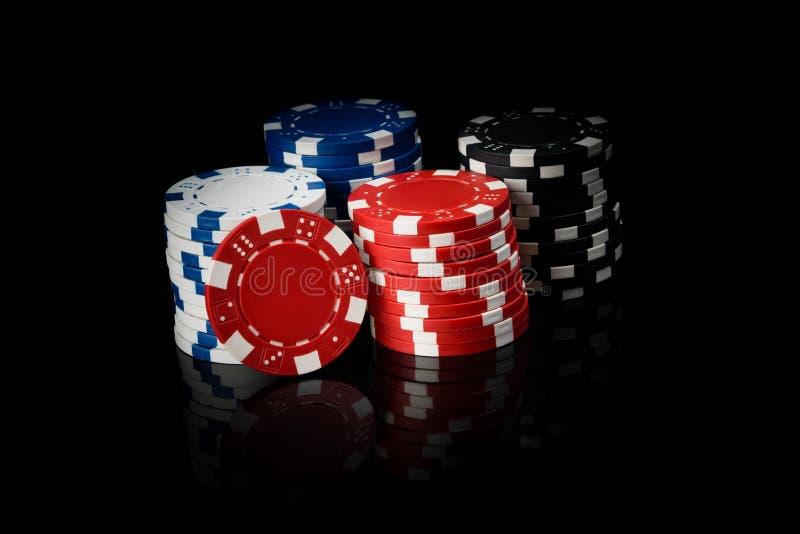 Dinheiro para cartões de jogo, em um fundo preto com reflexão foto de stock