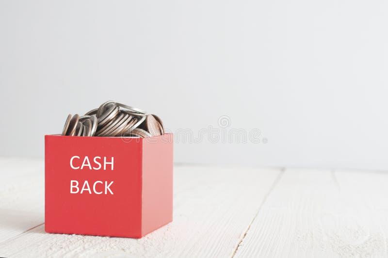 Dinheiro para trás na caixa de presente vermelha foto de stock royalty free