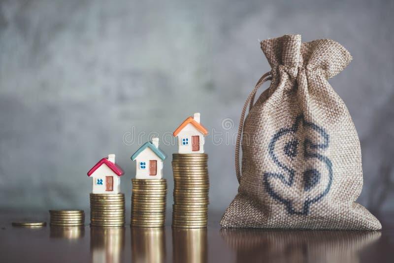 Dinheiro planejando das economias das moedas para comprar uma casa, o conceito para a escada da propriedade, a hipoteca e os orga fotos de stock