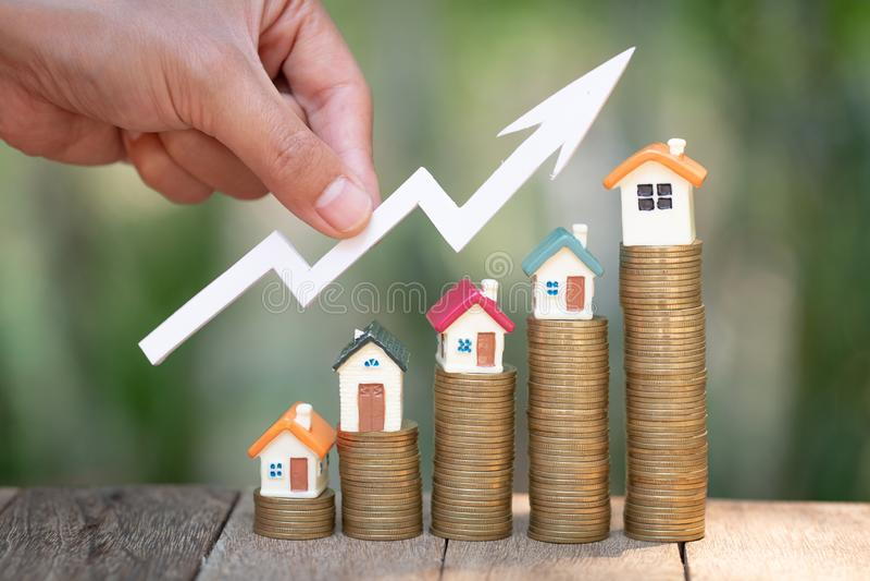 Dinheiro planejando das economias das moedas para comprar uma casa, o conceito para a escada da propriedade, a hipoteca e os orga fotografia de stock royalty free