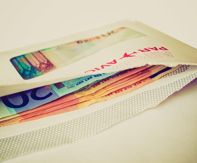 Dinheiro retro do olhar no envelope fotos de stock royalty free