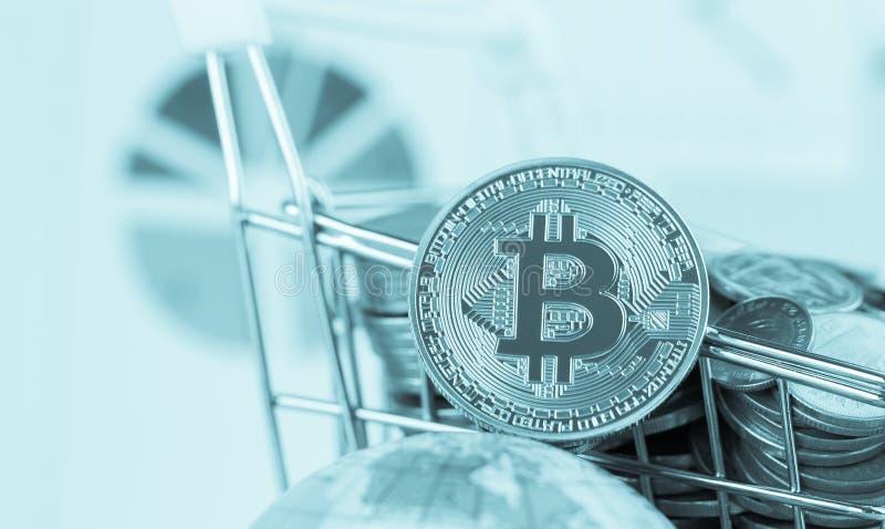 Dinheiro virtual de Bitcoin Digital no carrinho de compras das moedas em global Conceito da crise do sistema de transação de Bloc fotografia de stock
