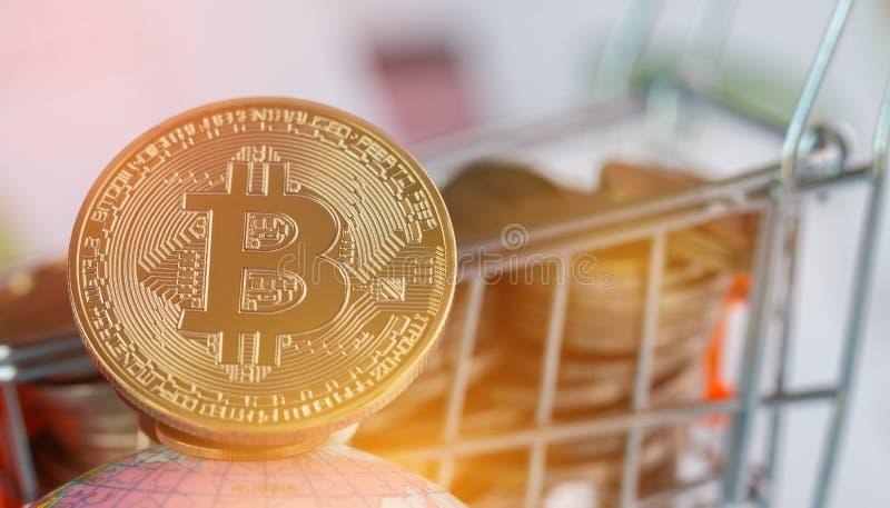 Dinheiro virtual de Bitcoin Digital no carrinho de compras das moedas em global Conceito da crise do sistema de transa??o de Bloc fotos de stock