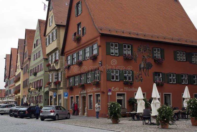 Dinkelsbuhl Alemanha 14 de setembro de 2008, cena da rua com construções tradicionais com signage pintado imagens de stock royalty free