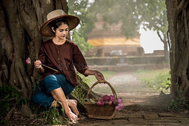 dinking вода девушки стоковая фотография