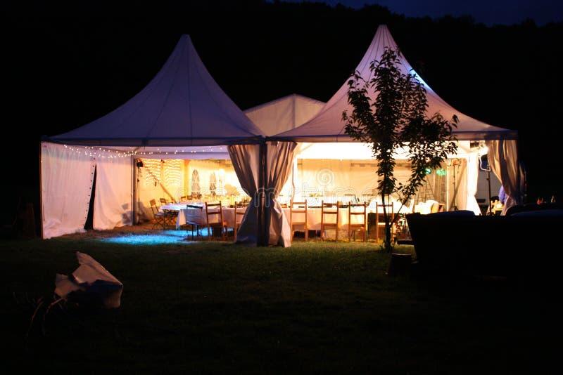 Dinnerparty tält för upplyst eftermiddag arkivbilder