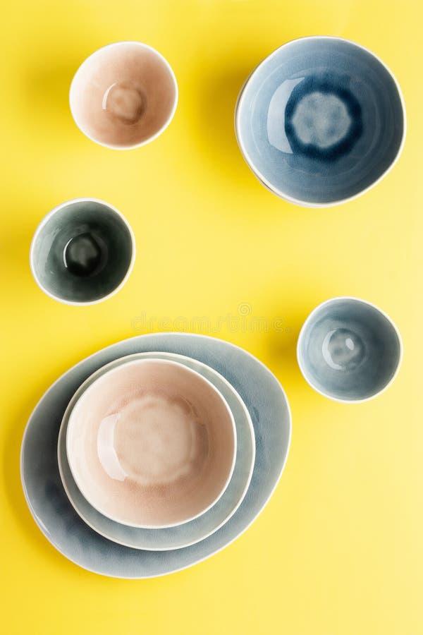 dinnerware azul, cinza e bege imagens de stock